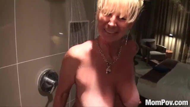 Puma loira com peito de Mompov perfurada no chuveiro