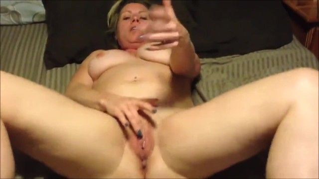 Who is this gorgeous milf playing with herself