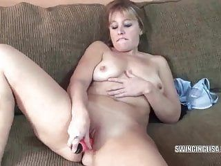 Curvy milf liisa is pumping her pussy