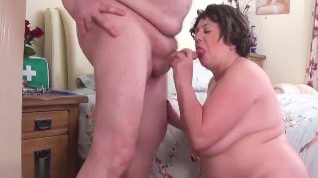 Médico sujo dá uma surra na enfermeira malvada bbw com idade str8 papai