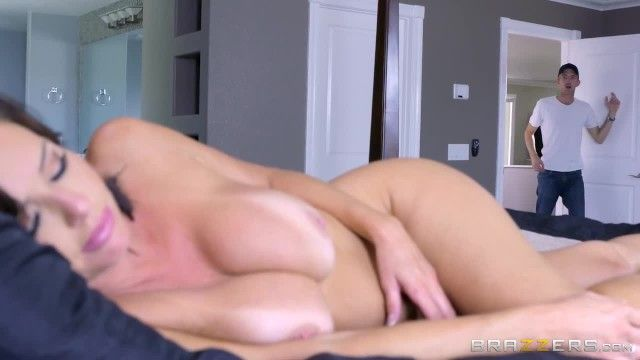 Hot milf veronica avluv likes large rod - brazzers