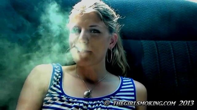 Scène de film de cigarette de beauté gratuite marlboro rouge 100-la fille qui fume.