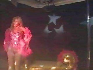 Milly dabbraccio - şık sarışın milf sahnede dans ediyor