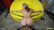 Roadside - gata de luxo recebe vagina fodida em um carro esporte