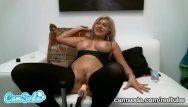 Mamãe latina de peito grande tentando esguichar durante o tempo em que o fuckbot a transa