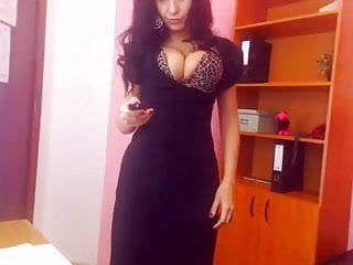 Milf con i capelli castani mostra le sorelle pointer in webcam